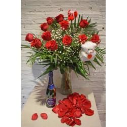 Docena de Rosas Largas con Jarrón, Oso de Peluche, Botella Edone, Pin Corazón y Pétalos de Rosa