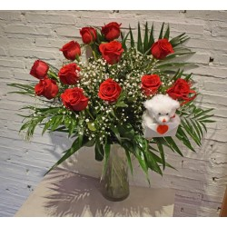 Docena de Rosas Largas con Jarrón y Oso de Peluche