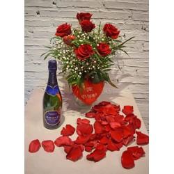 Media Docena de Rosas Cortas con Botella Edone, Jarrón, Pin de Corazón, Corazón de Peluche y Pétalos de Rosas